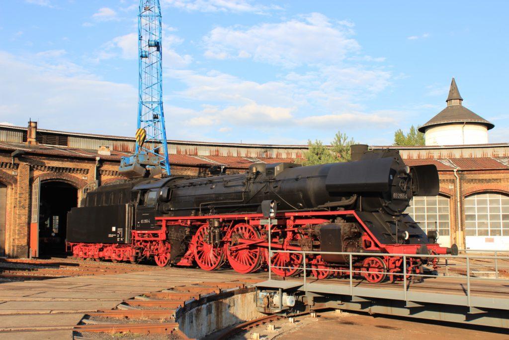 Dampflok fährt aus dem Lokschuppen im Bahnbetriebswerk Schöneweide