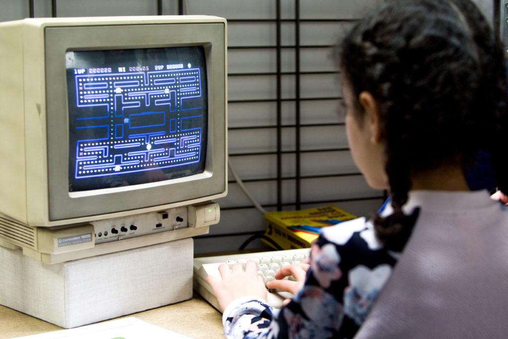 Mädchen spielt Packman an einem Commodore 1802 im Computermuseum zur JuniorRoute.