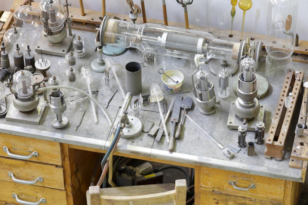 Historischer Arbeitsplatz mit Werkzeug Industriesalon Schöneweide