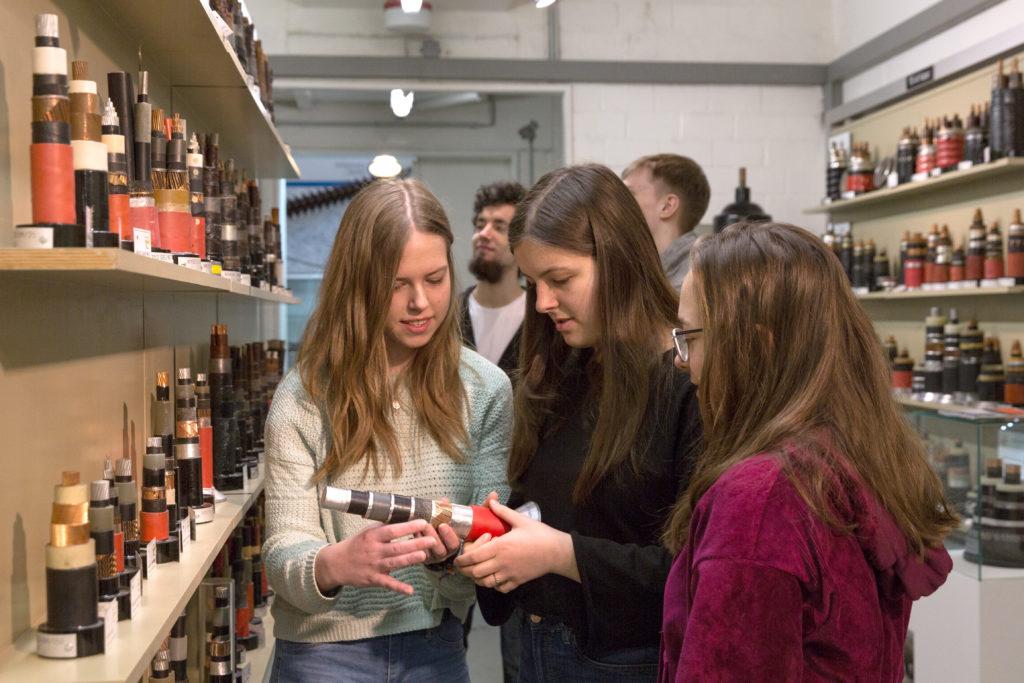 Mädchen im Energie-Museum mit Kabeln