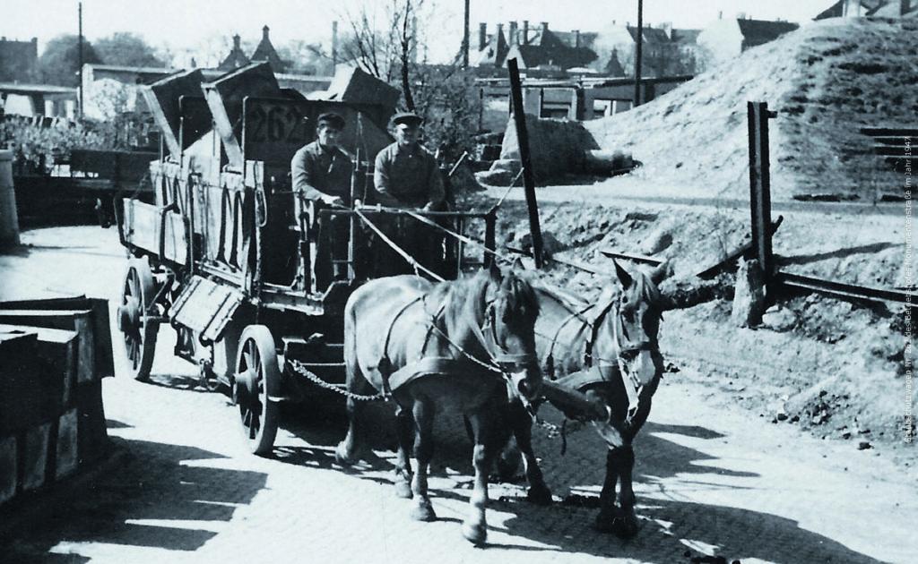 Historischer Staubschutzwagen der Berliner Müllabfuhr mit Pferden