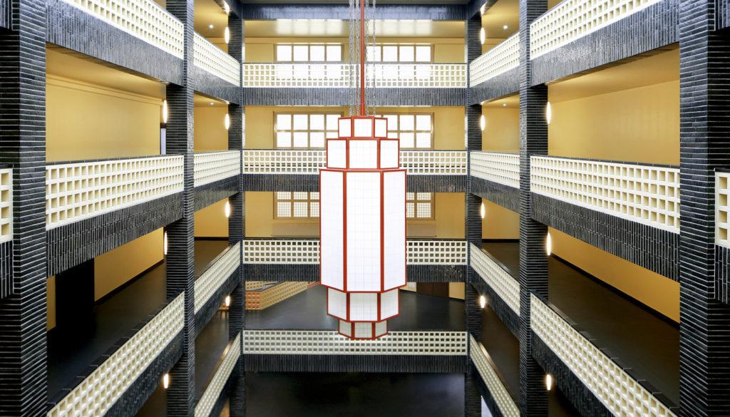 Treppenhaus mit Lampe im Haus des Rundfunks rbb