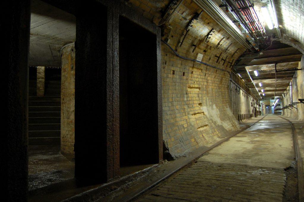AEG-Tunnel mit Schienen und Treppen