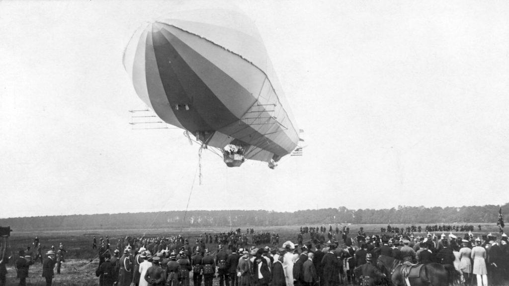 Zeppelin über Menschen 1909