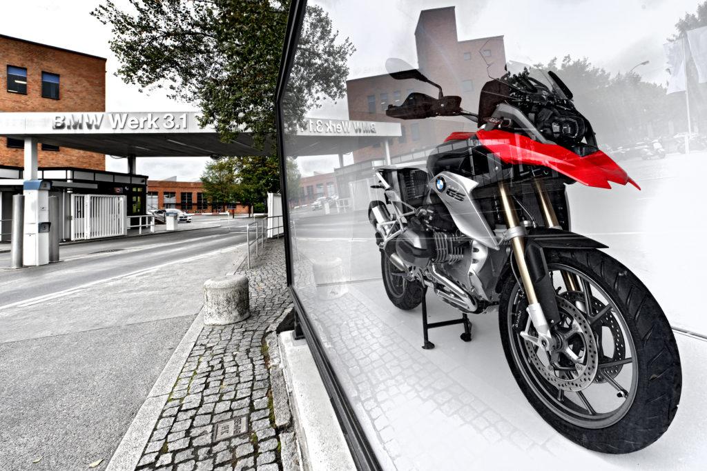 BMW-Motorrad am Eingang zum BMW Werk