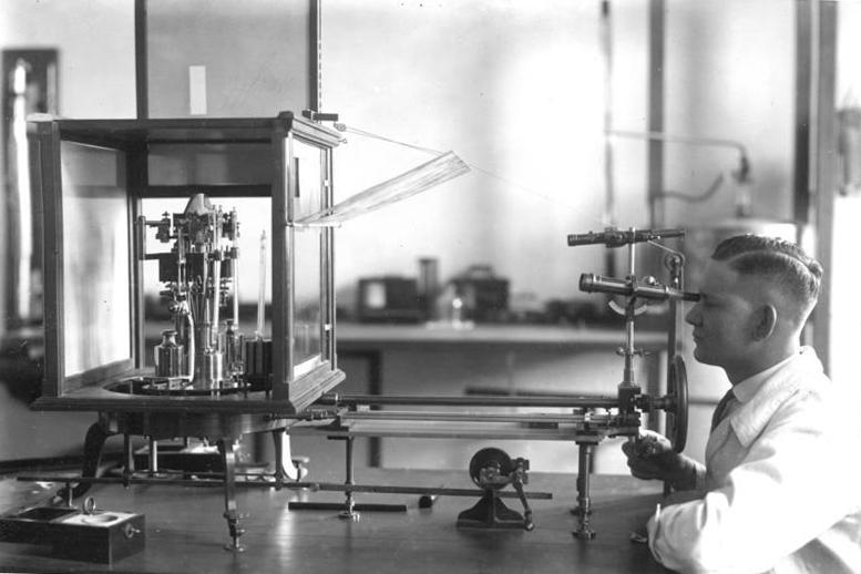Physikalisch-Technische Bundesanstalt, historische Aufnahme, Prüfung von Gewichten