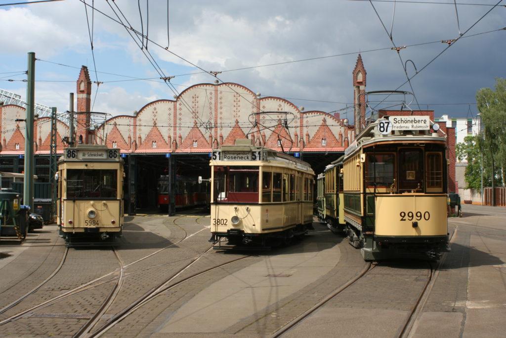 Straßenbahnbetriebshof Köpenick mit drei historische Straßenbahnen.