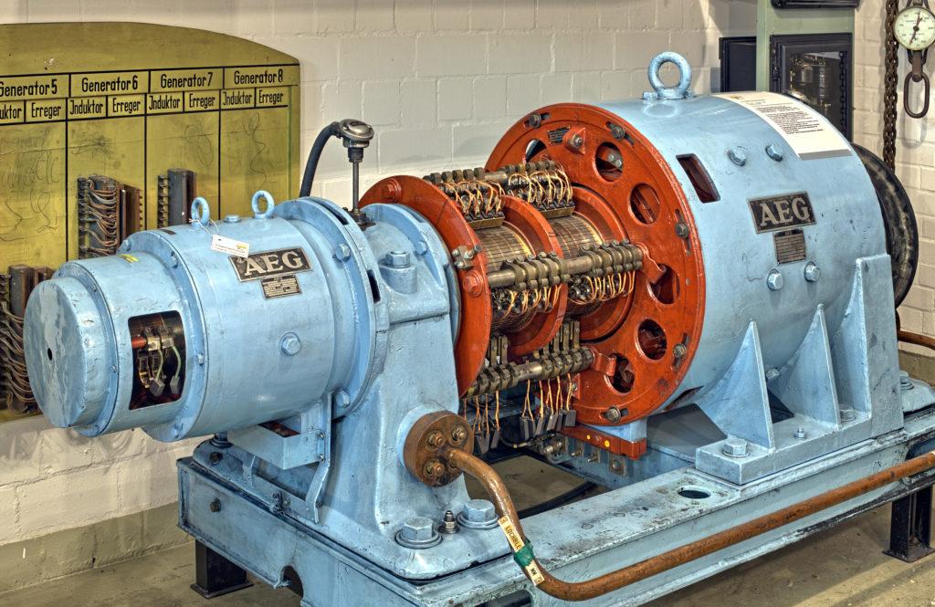 Blaue Erregermaschine im Energie-Museum