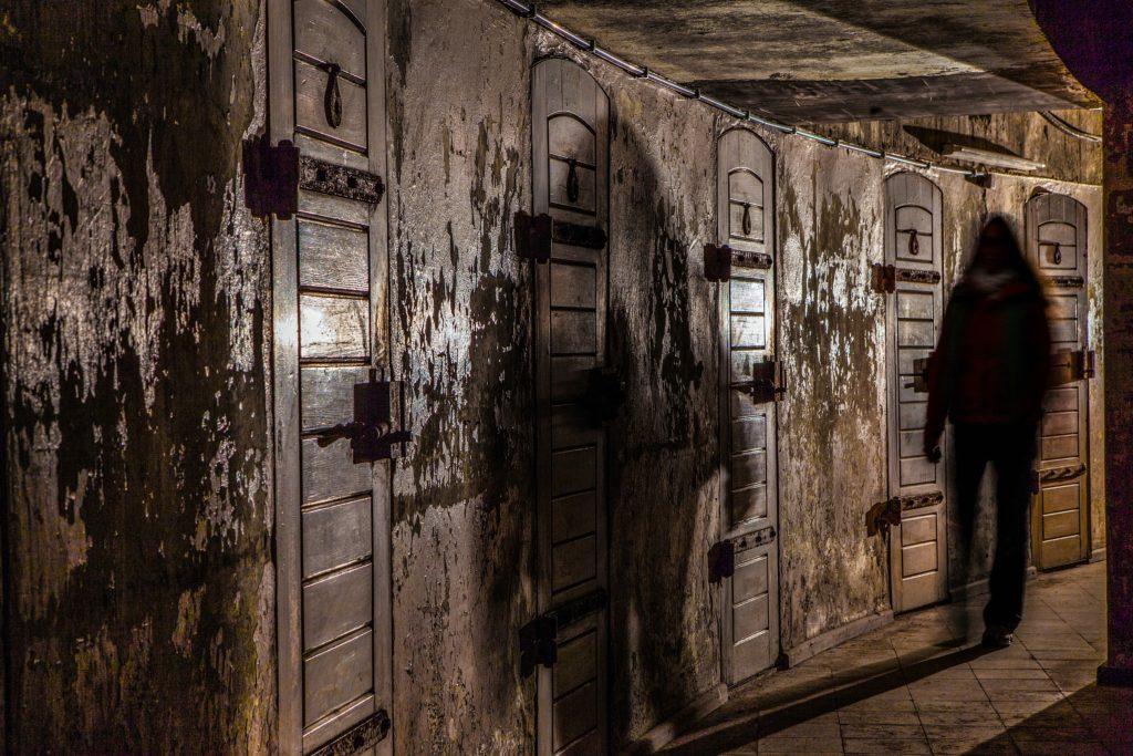 Türen mit Schatten im Fichtebunker Fichtestraße
