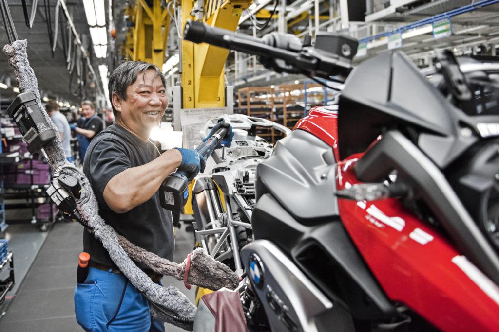 Arbeiter bei der Montage BMW Motorrad