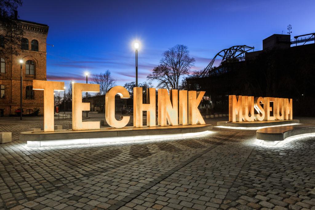 Beleuchtete Buchstaben vor Technik Museum