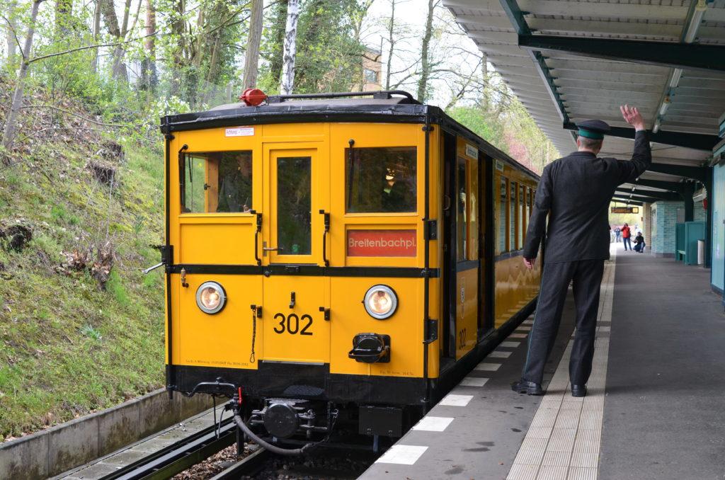 Historischer U-Bahn Zug am Bahnsteig