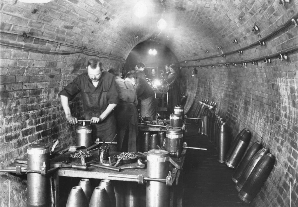 Produktion von Munition im AEG-Tunnel