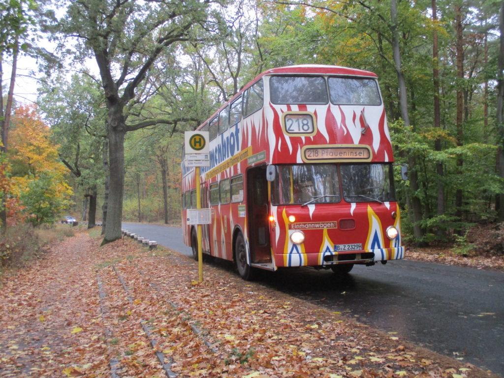 Traditionsbus auf der Linie 218 mit Flammen