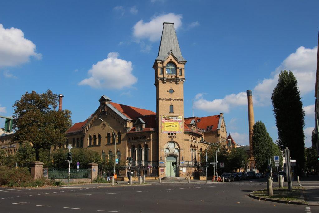 Turm der Kulturbrauerei an Straßenecke