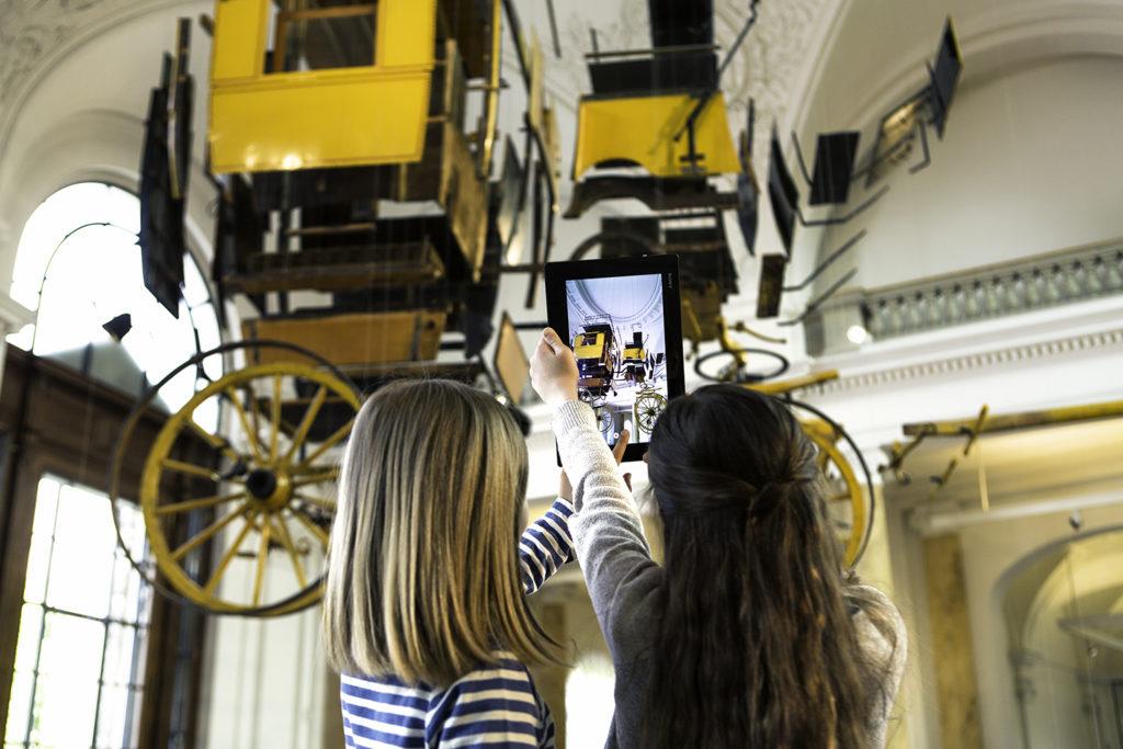 Ausstellung im Museum für Kommunikation mit Kindern und Tablet