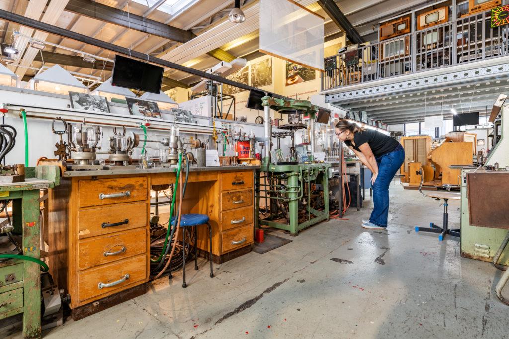 Maschinen und Fernseher im Industriesalon Schöneweide