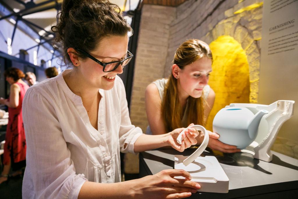 Frauen mit Teekanne KPM Berlin