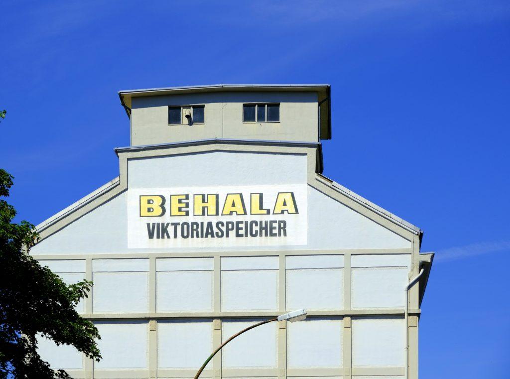 Außenansicht des Speichergebäudes mit Beschriftung BEHALA Victoriaspeicher