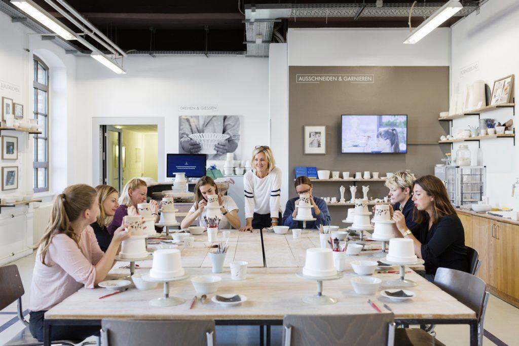Frauen beim Porzellan Workshop bei KPM