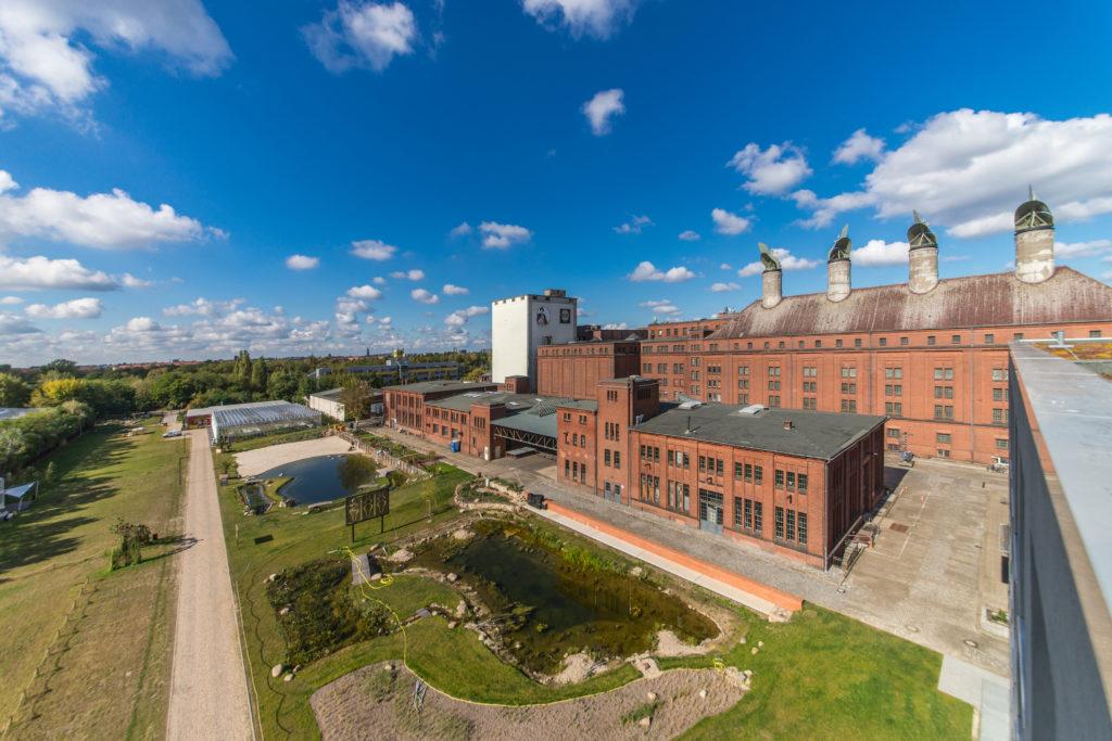 Park und Backstein-Gebäude der Malzfabrik