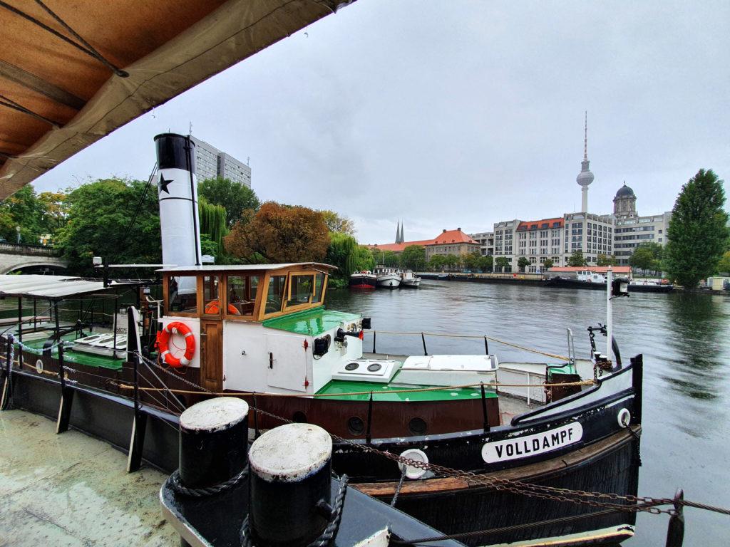 Dampfschiff im Historischen Hafen Fischerinsel mit Fernsehturm