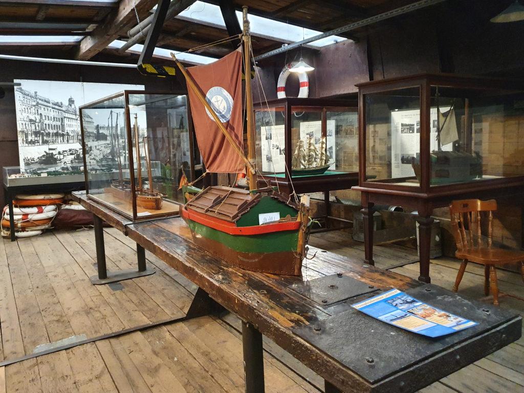 Ausstellung im Schiff Historischer Hafen Fischerinsel