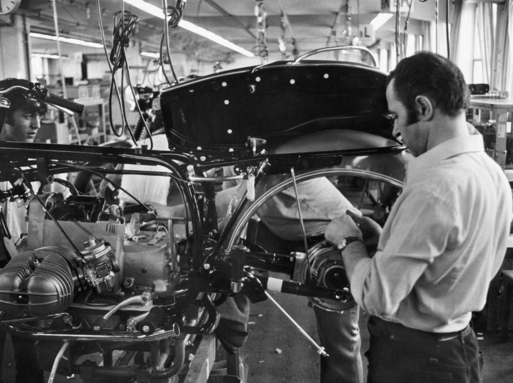 Arbeiter bei der Montage BMW Motorrad 1973