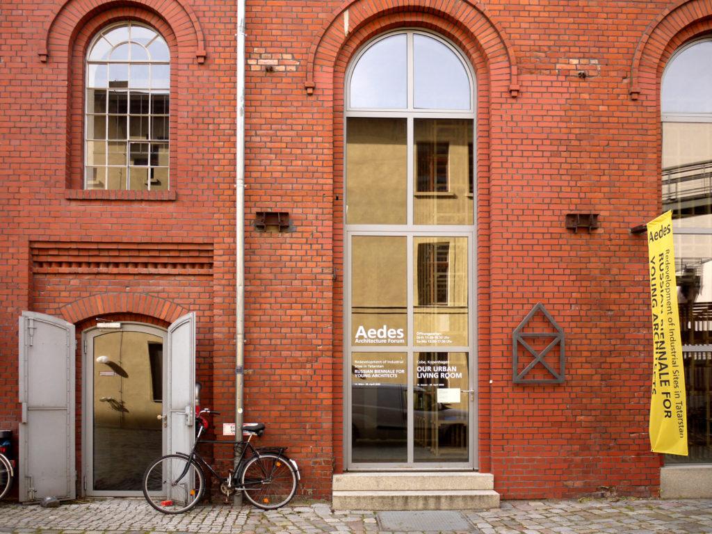 Rotes Backsteingebäude am Pfefferberg, Eingang von AEDES