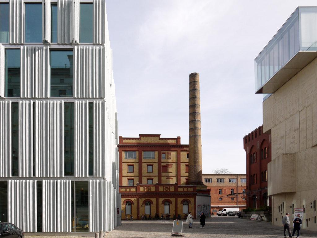 Moderne Gebäude neben alten Backstein-Bauten am Pfefferberg