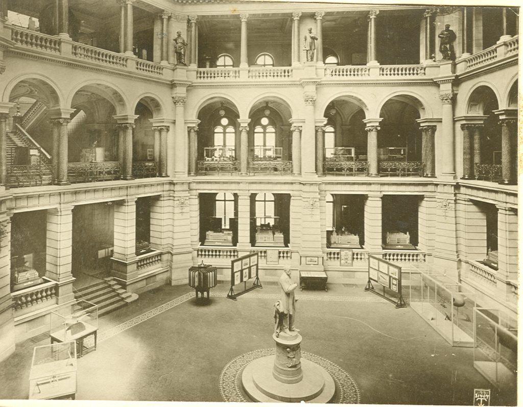 Schwarz-weiß Foto, Lichthof im Reichspostmuseum um 1912