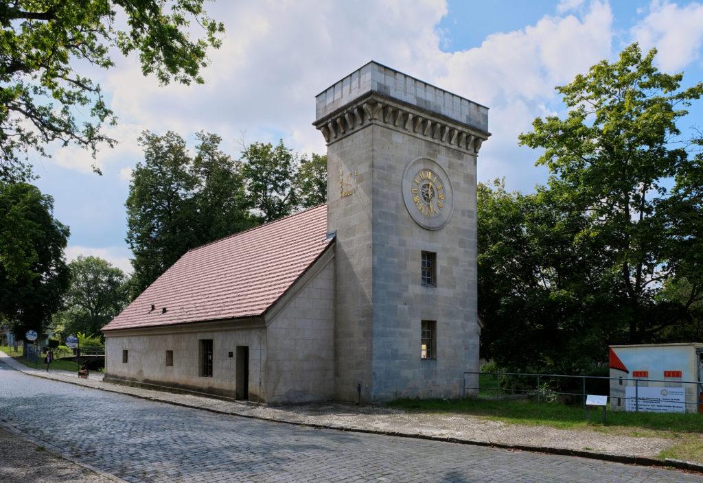 Außenansicht Kalkmagazingebäude mit Glockenturm