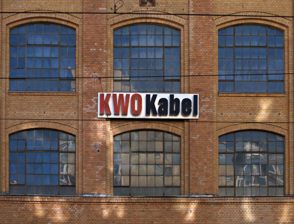 Logo des KWO auf Fassade