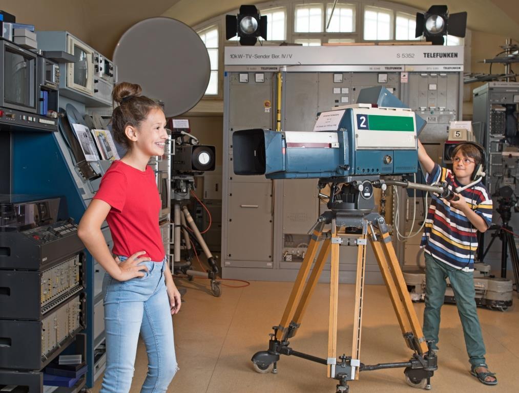 Kinder im Fernsehraum im Sender- und Funktechnikmuseum