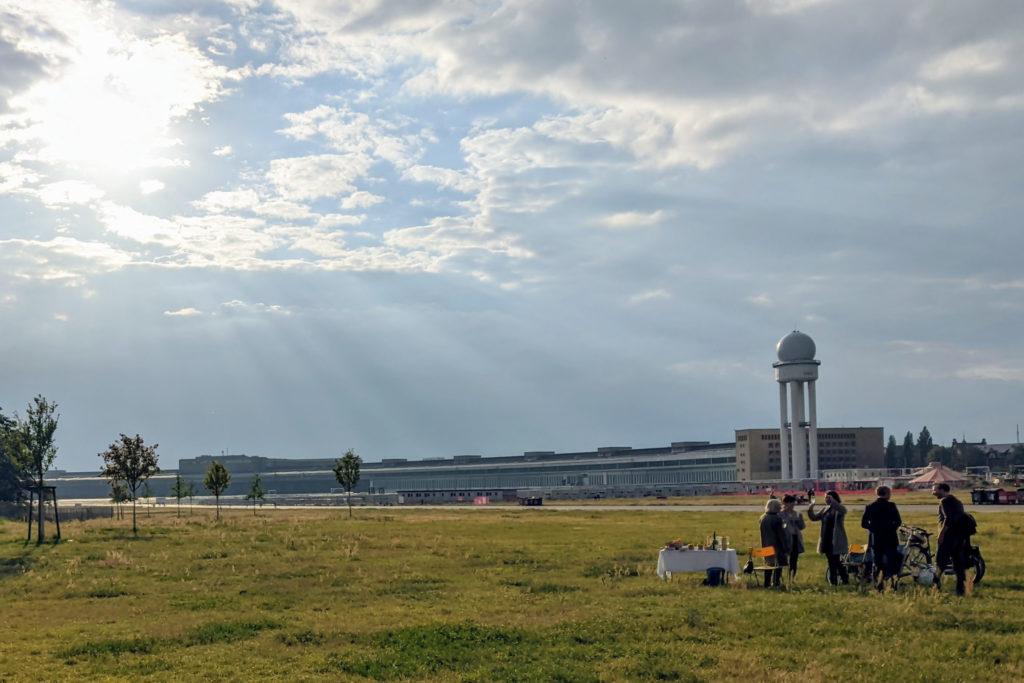 Picknick auf Tempelhofer Feld mit Flughafen