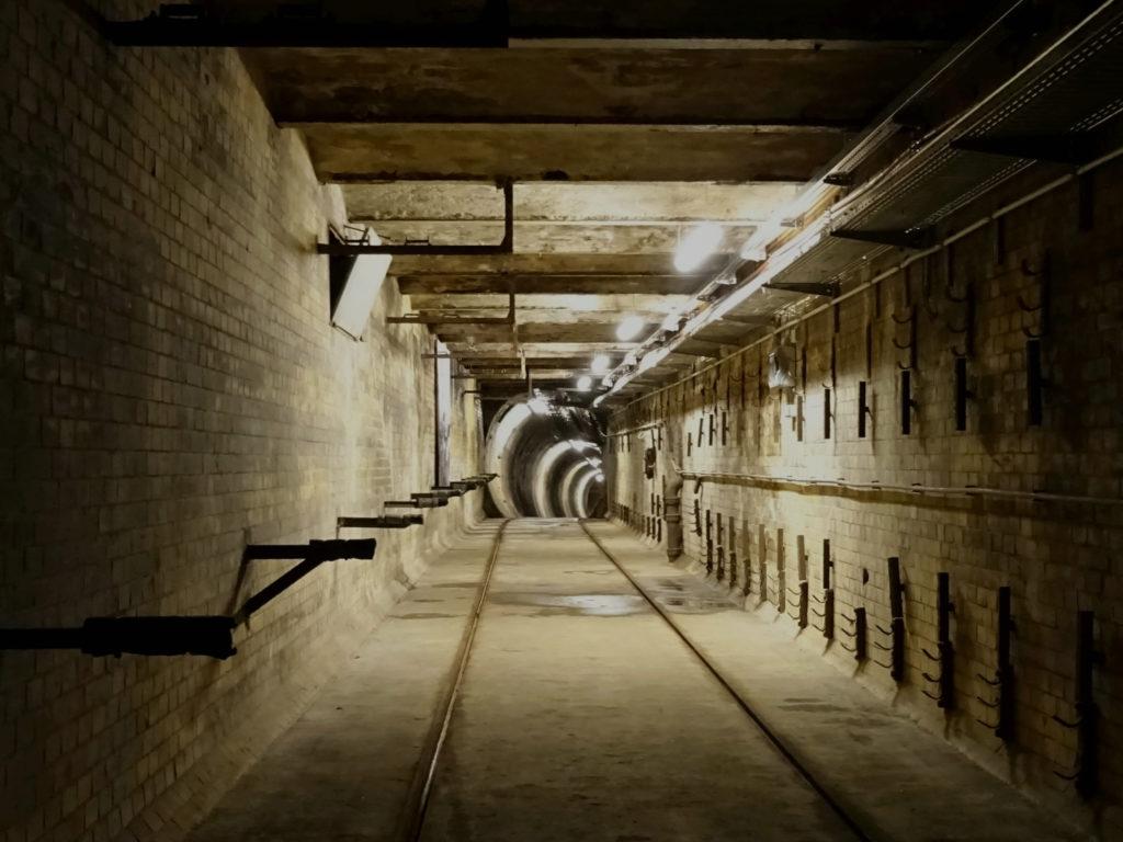 Dunkler AEG-Tunnel mit Schienen