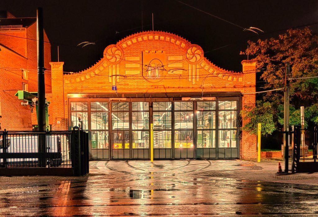Straßenbahnbetriebshof Köpenick beleuchtet bei Nacht.