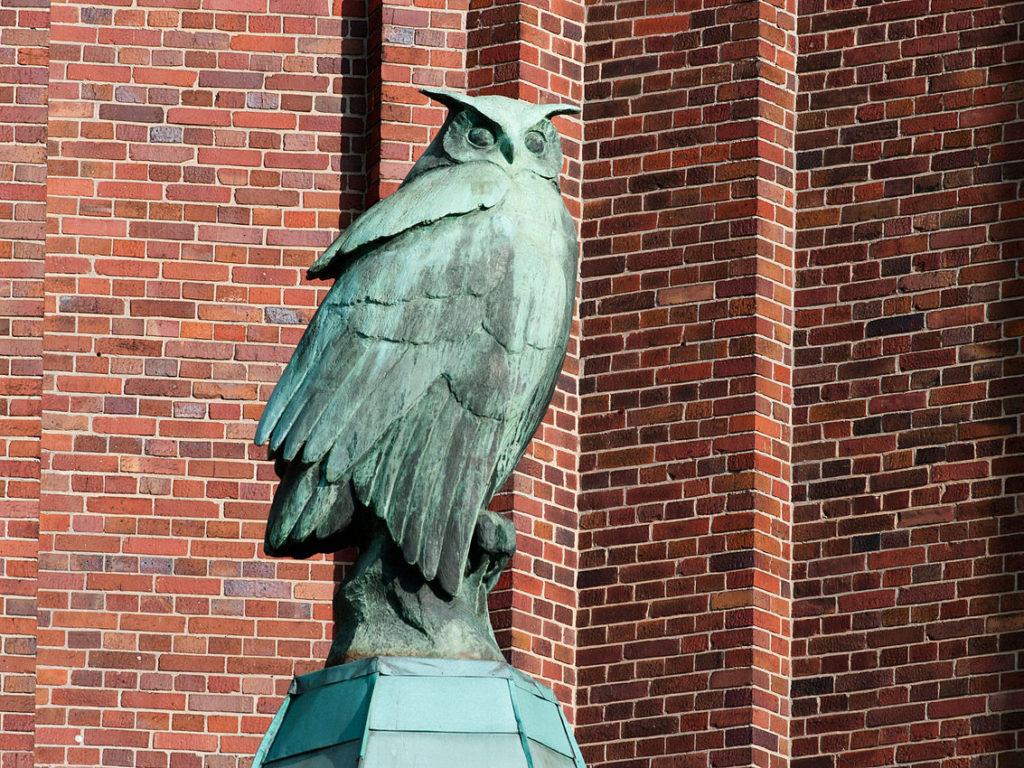 Statue einer Eule aus Bronze am Ullstein-Haus
