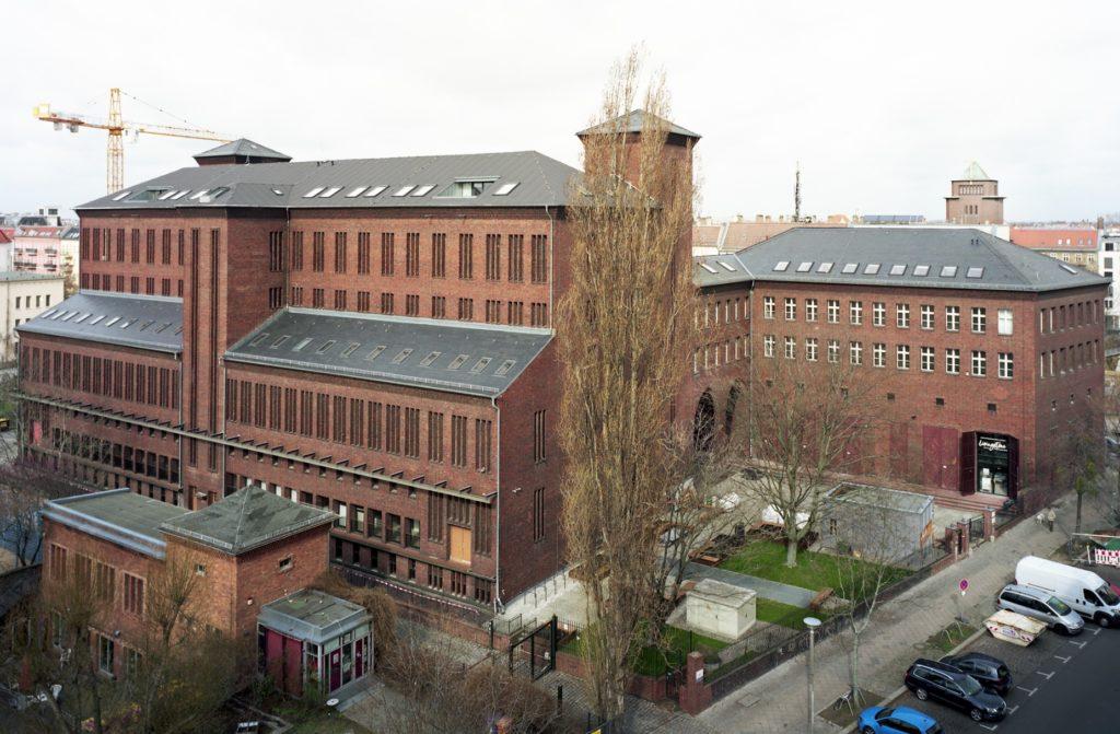 Vogelperspektive auf das Umspannwerk Humboldt, Gebäude aus rotem Backstein