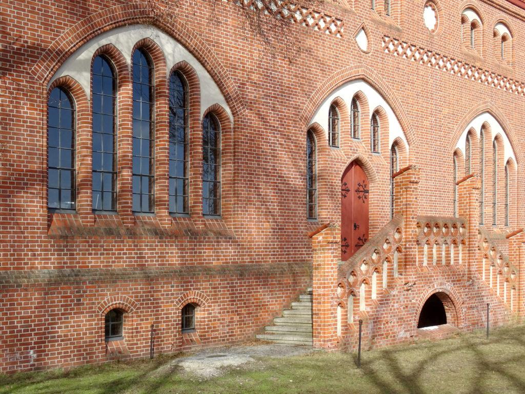Backsteingebäude mit Eingang zum Wasserwerk Friedrichshagen