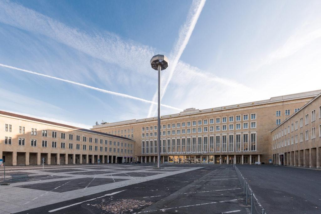 Flughafen Tempelhof Haupteingang mit Vorplatz